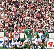 ラグビーW杯で開幕戦会場となる、東京・味の素スタジアムで、日本代表の試合を観戦する大勢の観客=2017年6月