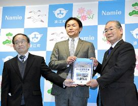 吉田町長に第3次復興計画案を手渡す川崎准教授(中央)、佐藤会長(左)