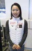 成田空港で取材に応じるフィギュアスケート女子の樋口新葉=23日