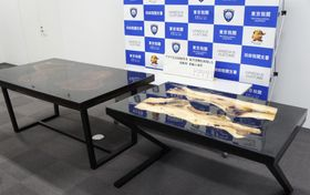 天板部分に覚醒剤が練り込まれていたとみられる机=27日、東京税関羽田税関支署
