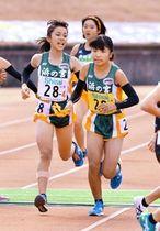 女子・浜の宮の4区岡内円花(左)からたすきを受け取るアンカー石松愛朱加(右)=撮影・風斗雅博