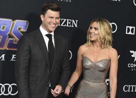 婚約した米女優スカーレット・ヨハンソンさん(右)と米人気コメディアンのコリン・ジョストさん=4月22日、米ロサンゼルス(AP=共同)