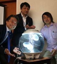 本物より「癒やし」の視覚的要素を強調したクラゲロボット=米沢市・山形大工学部