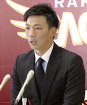 契約更改交渉を終え、記者会見する楽天の嶋基宏捕手=15日、仙台市の球団事務所