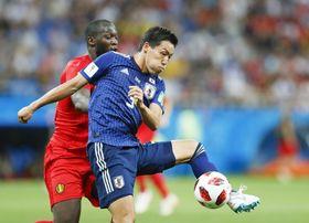 ワールドカップロシア大会のベルギー戦の前半、ルカク(左)と競り合う昌子=ロストフナドヌー(共同)