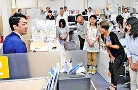 双葉町役場いわき事務所で職員の労をねぎらう小泉環境相(左)