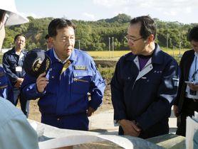 北海道厚真町の被災現場を視察する立憲民主党の枝野代表(左)=19日午後