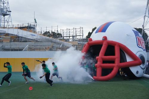 NFL式のゲートから入場する選手たち=写真提供:日本フラッグフットボール協会、23日、川崎球場