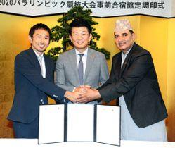協定を結び握手する(左から)為末さん、本田市長、シワコティさん