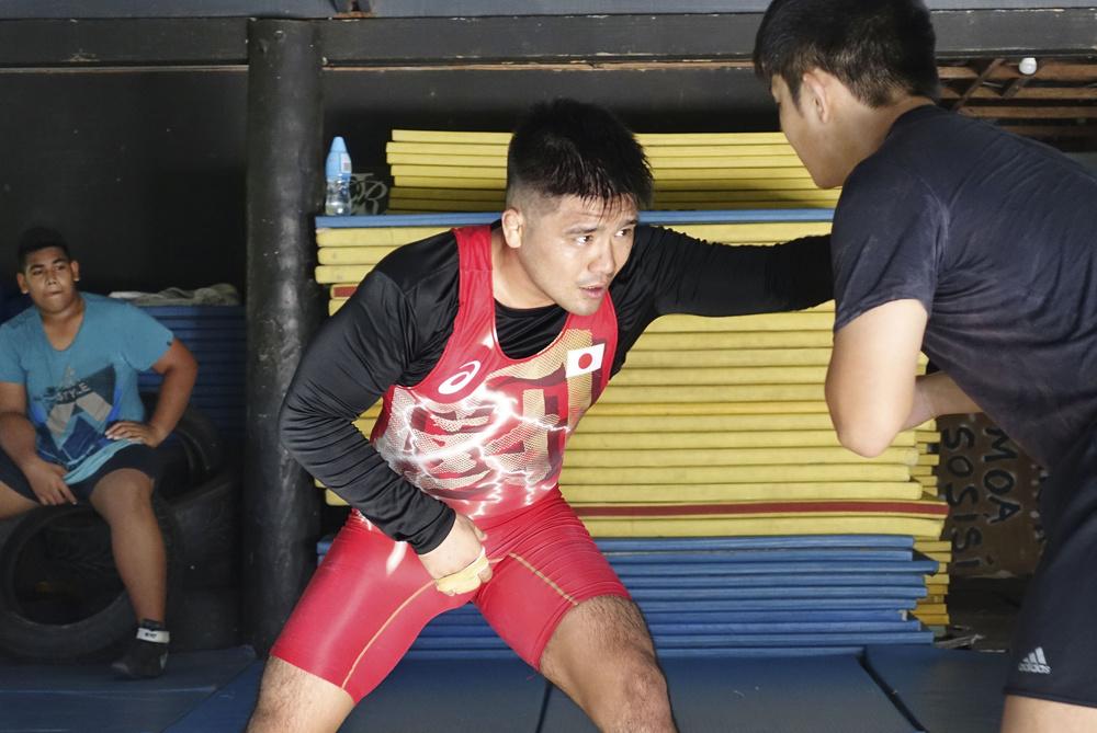 サモアの首都アピアで、東京五輪出場を目指して練習に励むレスリングの赤澤岳=2019年10月(共同)