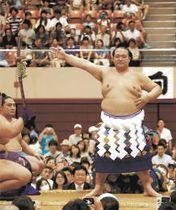 相撲ファンを前に力強い土俵入りを披露する横綱稀勢の里