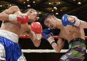10回、フェリックス・アルバラード(左)と攻め合う小西伶弥=神戸ポートピアホテル