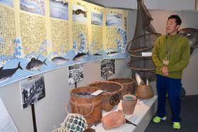 【漁で使用された古道具などが並ぶ会場=尾鷲市向井の熊野古道センターで】
