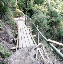 崩落した市道に架けられた橋。住民の集団避難に役立てる=三好市山城町粟山