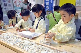 ブロックで思い思いの建造物をつくる園児=鹿児島市のかごしま県民交流センター