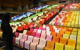 今治市公会堂の客席に千色の帆布を配し、そよ風を表現した「イマバリカラーショー」のインスタレーション作品