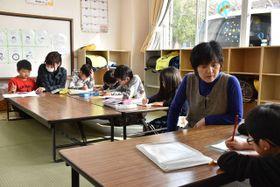 宮崎市佐土原町下田島の旭町児童クラブで放課後に宿題をする児童