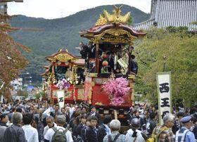 「大津祭」の本祭で巡行する曳山=13日、大津市