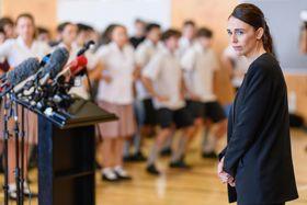 20日、ニュージーランド南島クライストチャーチで、銃乱射事件で生徒に死者が出た学校を訪れたアーダン首相(ゲッティ=共同)