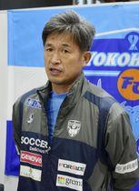 取材に応じるサッカーJ1横浜FCのFW三浦知良選手=17日、和歌山県上富田町