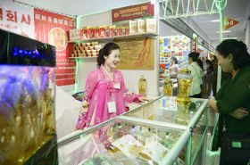 平壌で開かれた秋季国際商品展覧会=23日(共同)