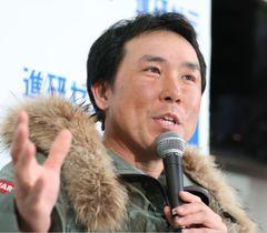 帰国し、記者の質問に答える冒険家の荻田泰永さん=16日夜、羽田空港