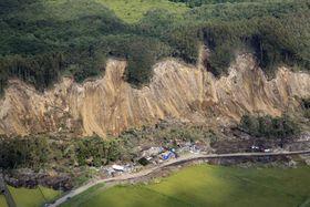 最大震度7を観測し、多くの犠牲者が出た北海道厚真町の土砂崩れ現場=12日(共同通信社機から)