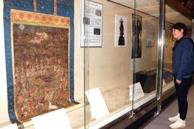 絹本著色仏涅槃図(左端)などが並ぶ特別展