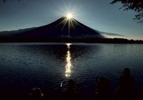 幻想的な雰囲気の「ダイヤモンド富士」=23日午前6時10分、富士宮市の田貫湖