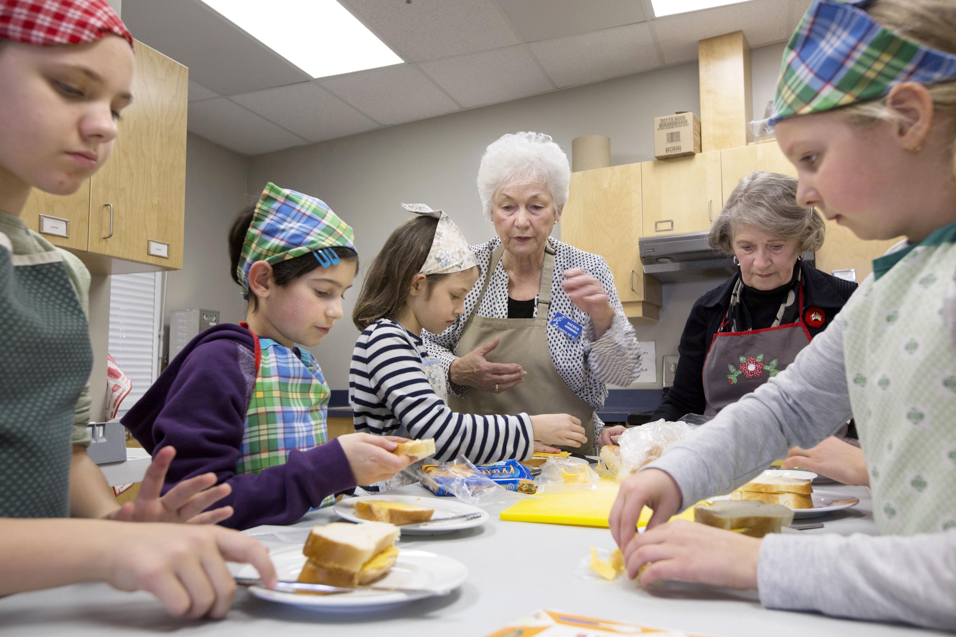 コルドバベイ55プラス協会で料理を教わる小学生たち。スポーツや読書の交流もあり、子どもたちと会員の双方にとって有意義な時間となっている=11月、カナダ・ブリティッシュコロンビア州サーニッチ(共同)
