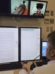 シールドルームに隣接する部屋でモニターに映し出される脳磁図や患者の様子をチェックする