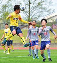 【決勝・松江シティFC-SC松江】前半41分、松江シティFCのMF田平謙(手前左)がコーナーキックのこぼれ球を頭で押し込み、先制点を挙げる=松江市営陸上競技場