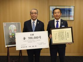 寄付金を贈った古川支社長(右)=県庁