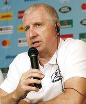 ラグビーW杯日本戦を前に、記者会見するロシア代表のジョーンズ監督=18日、東京都内