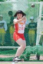 女子ハンマー投げ 大会新記録の43メートル33をマークして優勝した佐賀商の藤野愛奈=佐賀市の県総合運動場補助競技場