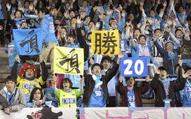 試合開始を待つJ1鳥栖のサポーター=23日、佐賀県鳥栖市のベストアメニティスタジアム