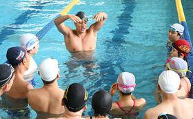 日本マスターズ選手権が行われた県立スポーツ科学情報センターで水泳教室を開く瀬戸大也(上)