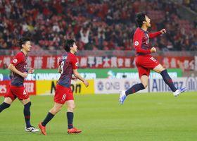 鹿島―山東 後半、同点ゴールを決め、ジャンプして喜ぶ鹿島・伊藤(右)=カシマ