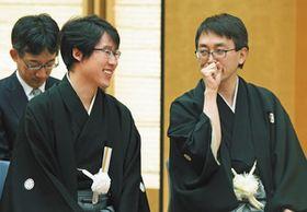 国民栄誉賞の授与式を前に談笑する囲碁の井山裕太さん(左)と将棋の羽生善治さん=13日、東京・永田町の首相官邸で