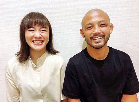 倉本選手と入籍し、笑顔を見せる登坂選手(左)