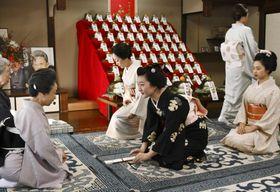 「事始め」で、京舞井上流五世家元の井上八千代さん(左手前)にあいさつする舞妓=13日午前、京都市
