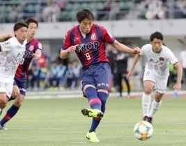 後半9分、ファジアーノ岡山のイ・ヨンジェ(中央)が自ら得たPKを決め、1―0とする=シティライトスタジアム