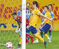 仙台-FC大阪 後半2分、仙台・兵藤(右)のシュートをGKがはじき最後は石原崇(中央)が押し込んで、2-1とする