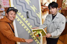 湯田ダムカレーなど西和賀の食や温泉を楽しめる錦秋湖満喫プランを紹介する佐藤克行代表(左)ら