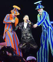 中国遼寧省瀋陽で開かれたジャッキー・チュンさん(中央)のコンサート=6月(共同)