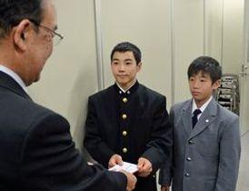 体操の国際大会に出場する谷田(中央)と鈴木=県庁