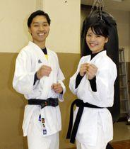 笑顔を見せる高智蓮(右)と宋尹学=12月18日、東京都小平市の朝鮮大学校