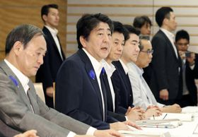 西日本豪雨の非常災害対策本部会議で発言する安倍首相=16日午前、首相官邸