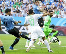 ウルグアイ―サウジアラビア 前半、ゴールを決めるウルグアイのスアレス(9)=ロストフナドヌー(AP=共同)