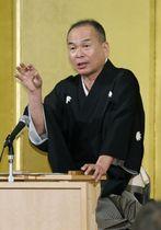 関西プレスクラブの会合で講演する上方落語協会の笑福亭仁智会長=24日午後、大阪市